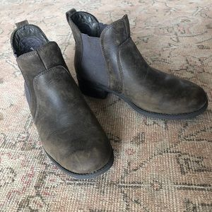 UGG sherpa lined brown Chelsea boots 8.5/39.5